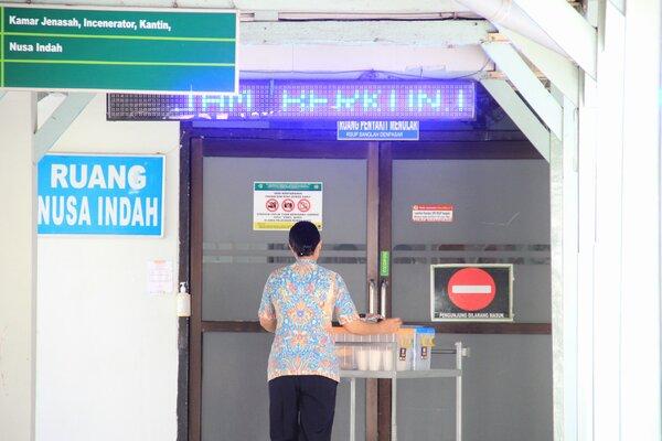 Aktivitas di depan Ruang Perawatan Nusa Indah, tempat perawatan dan observasi tiga WNA, pasien tersuspect virus Corona, Jumat (24/1/2020). - Bisnis/Busrah Ardans