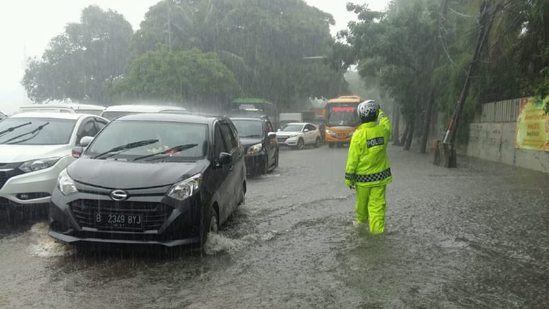 Banjir 20-30 cm di Putaran Pasari Cengkareng Timur, Jakbar dan berimbas lalin tersendat, Jumat (24/1/2020). - Twitter TMC Polda Metro Jaya @TMCPoldaMetro