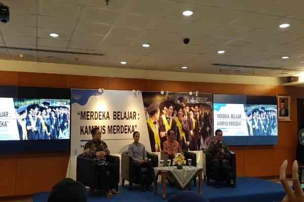 Menteri Pendidikan dan Kebudayaan Nadiem Anwar Makarim (kedua dari kiri) dalam konferensi pers terkait kebijakan
