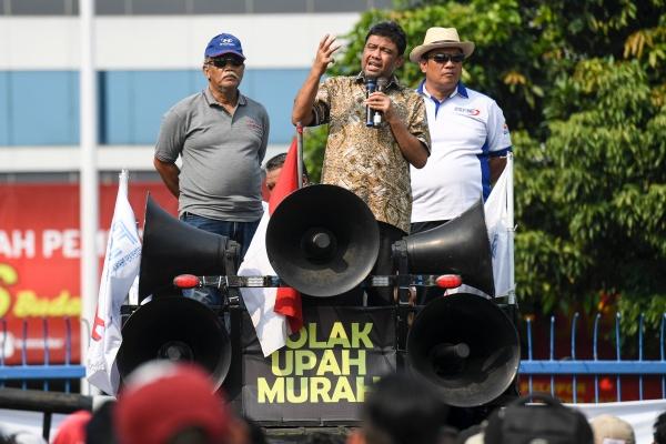 Ilustrasi - Presiden Konfederasi Serikat Pekerja Indonesia (KSPI) Said Iqbal (tengah) berorasi saat aksi unjuk rasa buruh di depan Kementerian Tenaga Kerja, Jakarta, Kamis (31/10/2019). Dalam aksinya mereka menolak kenaikan upah minimum berdasarkan PP No.78 Tahun 2015 serta menolak kenaikan iuran BPJS Kesehatan. - ANTARA FOTO/Hafidz Mubarak A