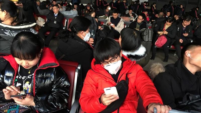 Ilustrasi-Penumpang yang mengenakan masker terlihat di area menunggu kereta ke Wuhan di Stasiun Kereta Api Barat Beijing, menjelang Tahun Baru Imlek China, di Beijing, 20 Januari 2020. -  REUTERS / Stringer