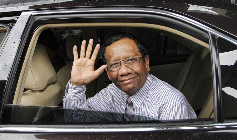 Mantan Ketua Mahkamah Konstitusi (MK) Mahfud MD melambaikan tangan seusai melakukan pertemuan di gedung KPK, Jakarta, Senin (25/3/2019). - ANTARA/Dhemas Reviyanto