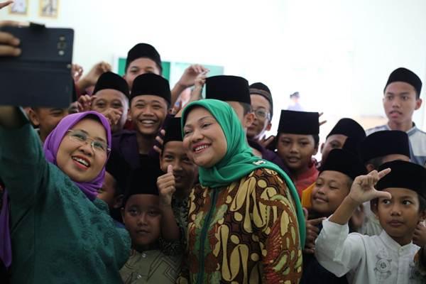Calon Wakil Gubernur Jateng Ida Fauziah berfoto bersama santri. - Bisnis/Alif Nazzala Rizqi