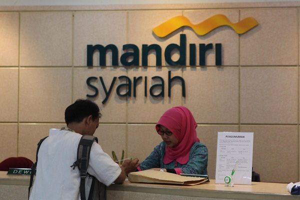 Karyawan Bank Syariah Mandiri melayani nasabah disalah satu kantor cabang di Jakarta. -  Bisnis/Rahmatullah