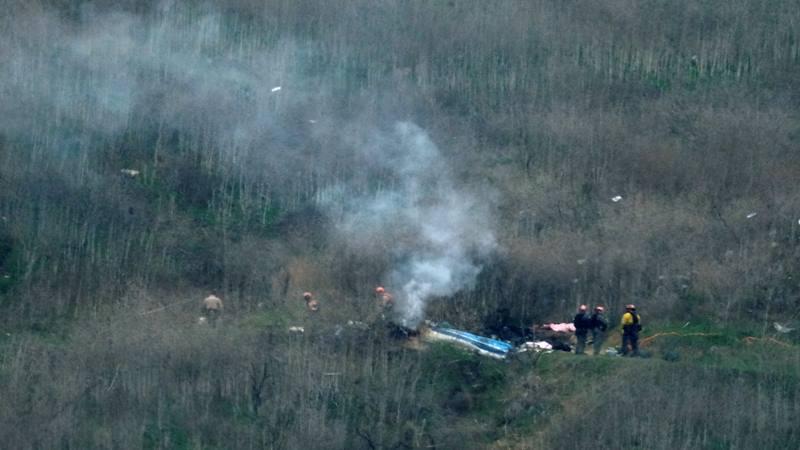 Petugas menyelidiki lokasi kecelakaan helikopter yang menewaskan pensiunan bintang bola basket Kobe Bryant di Calabasas, California, AS, 26 Januari 2020. - Reuters