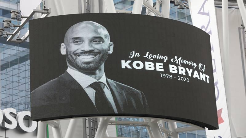 Foto Kobe Bryant ditampilkan di layar besar di luar Staples Center setelah pensiunan bintang bola basket Los Angeles Lakers tewas dalam kecelakaan helikopter, di Los Angeles, California, AS 26 Januari 2020.  - Reuters