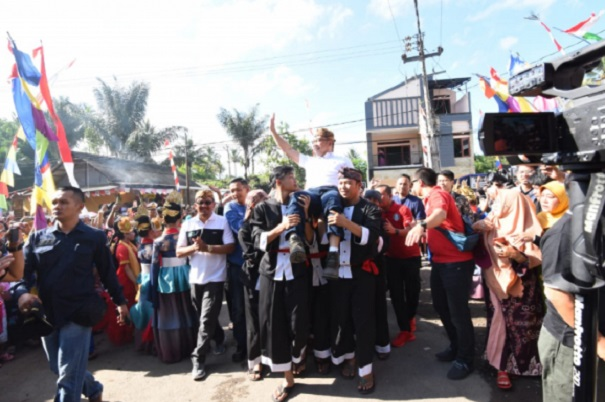 Gubernur Jabar Ridwan Kamil diarak saat meresmikan Desa Wisata Cinunuk. - Istimewa