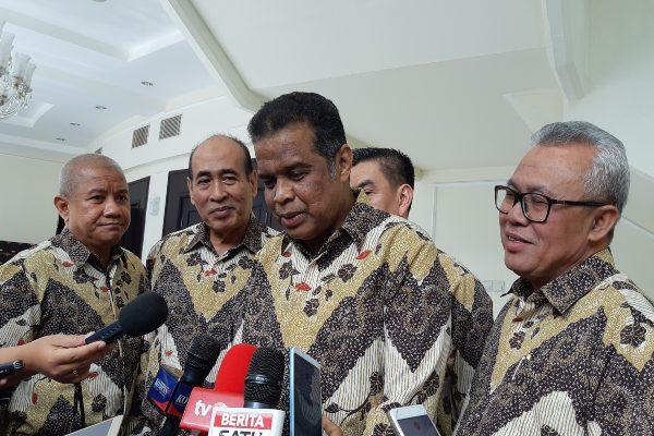 Ketua Dewan Pembina Forum Silaturahmi Asosiasi Travel Haji dan Umrah (Sathu) Fuad Hasan Masyhur (ketiga kiri) memberikan keterangan kepada wartawan seusai bertemu dengan Wakil Presiden Ma'ruf Amin. - Bisnis/Rayful Mudassir