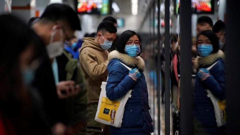 Warga beraktivtas dengan memakai masker di Shanghai, China. - Reuters
