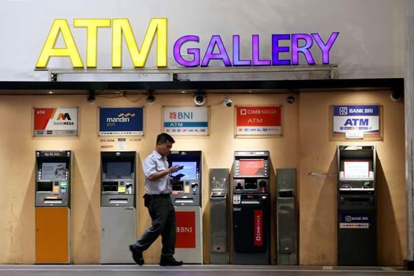 Nasabah melakukan transaksi perbankan di Galeri  ATM, di Bandung, Jawa Barat, Senin (9/4/2018). - JIBI/Rachman