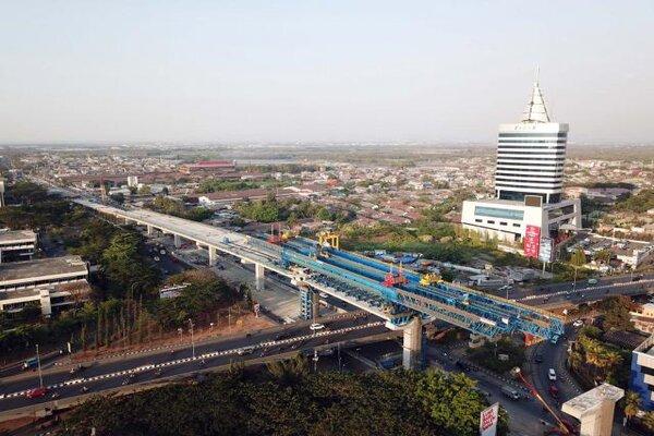 Proses pembangunan jalan tol layang dalam kota Makassar, Sulawesi Selatan terlihat dari udara. - Bisnis/Paulus Tandi Bone