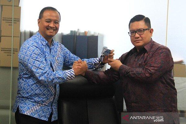 Dirut Transjakarta yang baru Donny Andy Saragih berfoto dengan Eks Dirut Transjakarta Agung Wicaksono, Kamis (23/1/2020). - Antara/Humas TransJakarta