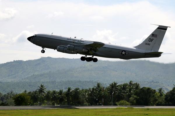 Ilustrasi - Pesawat militer Amerika Serikat lepas landas meninggalkan Bandara Internasional Sultan Iskandar Muda di Aceh Besar, Aceh, Jumat (7/4). - Antara/Irwansyah Putra