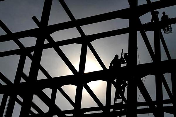 Pekerja beraktivitas di proyek pembangunan pabrik di Cibinong, Jawa Barat. - JIBI/Nurul Hidayat