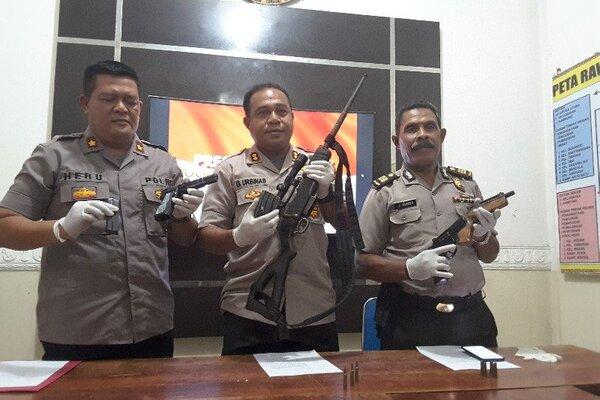 Empat pucuk senjata api berhasil diamankan patroli bermotor Polres Jayapura di sekitar Distrik Heram, Jumat (24/1/2020). - Antara/Evarukdijati
