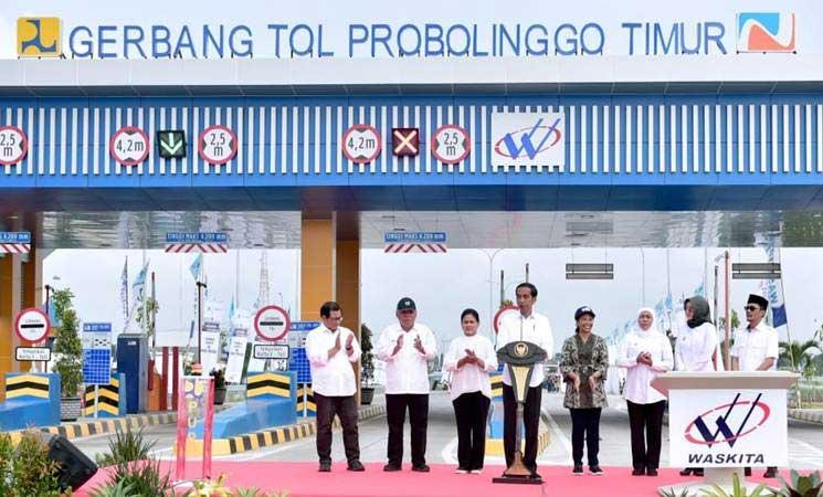 Presiden Joko Widodo (keempat kiri) bersama Ibu Negara Iriana Joko Widodo (ketiga kiri), didampingi Sekretaris Kabinet Pramono Anung (dari kiri), Menteri PUPR Basuki Hadimuljono, Menteri BUMN Rini Soemarno, dan Gubernur Jawa Timur Khofifah Indar Parawansa di sela-sela peresmian beroperasinya jalan tol Pasuruan-Probolinggo (Paspro) di Probolinggo, Jawa Timur, Rabu (10/4/2019). - Setkab