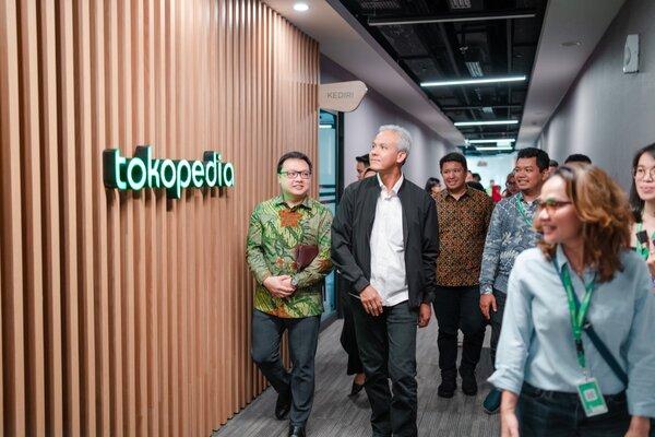 Gubernur Jawa Tengah, Ganjar Pranowo (dua dari kiri) bersama Co-Founder & Vice Chairman Tokopedia, Leontinus Alpha Edision di Tokopedia Tower, Senin (27/1/2020). - Ist