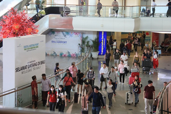 Wisman saat tiba di bandara Internasional I Gusti Ngurah Rai. - Bisnis/Busrah Ardans