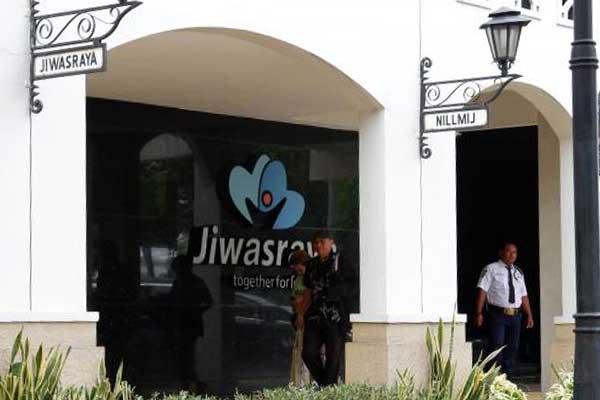 Pejalan kaki berjalan di depan kantor PT Asuransi Jiwasraya (Persero) di Jakarta, Senin (02/12/2019). Bisnis - Dedi Gunawan