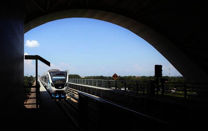 Rangkaian kereta Lintas Raya Terpadu (LRT) memasuki stasiun Jakabaring Palembang, Sumatra Selatan, Jumat (3/5/2019). - Bisnis/Abdullah Azzam