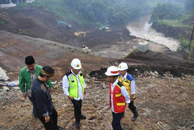 Presiden Joko Widodo (kedua kanan) didampingi Menteri PUPR Basuki Hadimuljono (tengah) meninjau proyek terowongan Nanjung di Kabupaten Bandung, Jawa Barat, Minggu (10/3/2019). - ANTARA/Akbar Nugroho Gumay