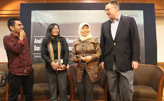 Peneliti Tambang dan Energi Auriga Iqbal Damanik (dari kiri), berbincang dengan Direktur Srikandi Lestari Sumatera Utara Mimi Surbakti, Innisiator Penggerak Pembangkit Listrik Kerakyatan Tri Mumpuni dan Principal Brown Brothers Energy and Environment (B2E2) David Brown disela-sela diskusi mengenai Analisis Kebutuhan Energi di Sumatra Utara dan dampak pembangunan Pembangkit Listrik Tenaga Air (PLTA) Batang Toru di Jakarta, Rabu (22/1). -  Bisnis/Dedi Gunawan