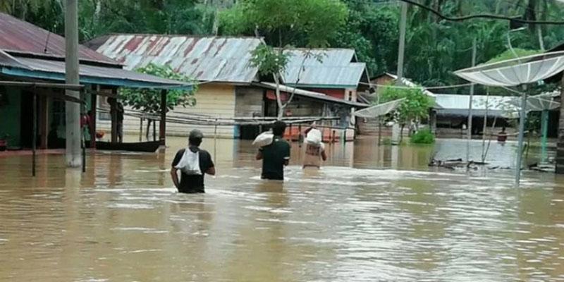 Banjir menerjang Desa Simantaniari, Kecamatan Angkola Angkunur, Kabupaten Tapanuli Selatan, Sumatra Utara, pada Rabu (29/1/2020). - Antara
