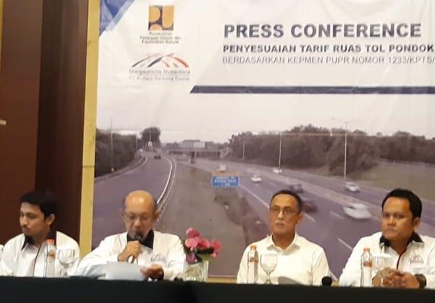 Direktur Utama PT Bintaro Serpong Damai Purwoto (kedua dari kiri) didampingi Manajemen BSD tengah menyampaikan informasi mengenai penyesuaian tarif pada ruas tol Pondok Aren-Serpong, di Tangerang Selatan, Rabu (29/1 - 2020).