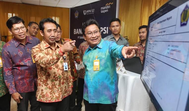 Direktur Utama PT Bank Mandiri Taspen (Bank Mantap) Josephus K Triprakoso (kanan) bersama Direktur Nurkholis Wahyudi  (kiri) dan Direktur Pengelolaan Kas Negara Kementerian Keuangan Didyk Choiroel memantau pembayaran pajak nasabah di kantor pusat perseroan, di Jakarta, Kamis (11/4/2019). - Bisnis/Endang Muchtar