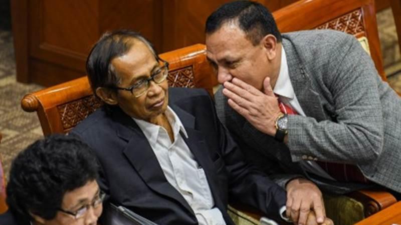 Ketua Komisi Pemberantasan Korupsi Firli Bahuri (kanan) berbincang dengan anggota Dewan Pengawas KPK Artidjo Alkostar (tengah) saat mengikuti Rapat Dengar Pendapat (RDP) dengan Komisi III DPR di Kompleks Parlemen, Jakarta, Senin (27/1/2020). - ANTARA/M Risyal Hidayat