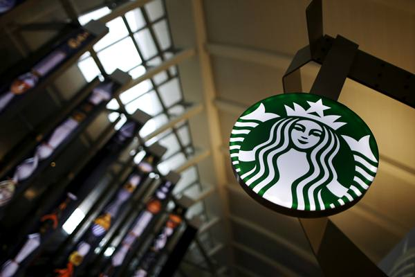 Ilustrasi - Gerai Starbucks di Terminal Tom Bradley, Bandara LAX Los Angeles, AS. - Reuters