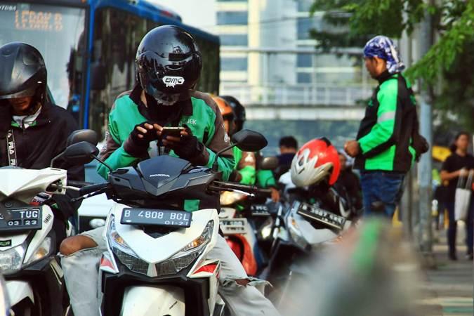Pengemudi ojek daring atau ojek online (Ojol) menunggu penumpang melintas di kawasan Monumen Nasional, Jakarta, Rabu (12/6/2019). - Bisnis/Triawanda Tirta Aditya