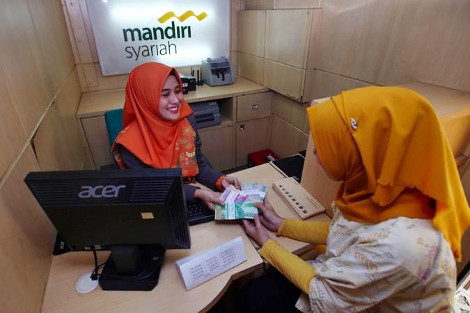 Karyawan melayani nasabah yang menukar uang pecahan di layanan penukaran Uang Pecahan Kecil (UPK) persiapan Idulfitri 1440 H di Monas, Jakarta, Rabu (15/5/2019). - Bisnis/Abdullah Azzam