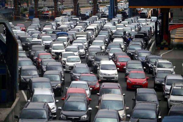 Antrean mobil terjebak kemacetan di jalan tol dalam kota di Jakarta, Senin (6/3). - JIBI/Nurul Hidayat