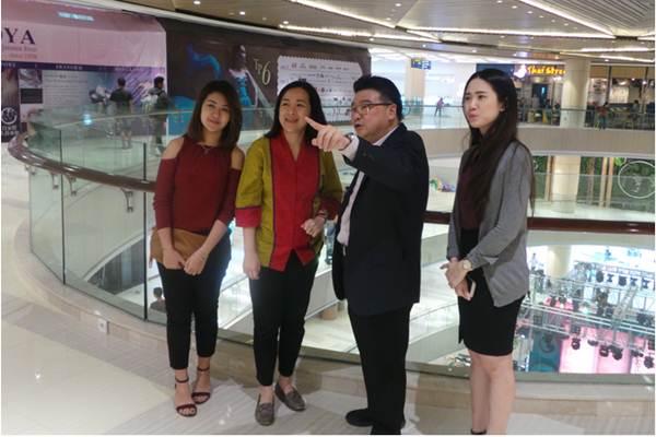 Direktur Pakuwon Group Sutandi Purnomosidi (kedua dari kanan). - Bisnis/Peni Widarti