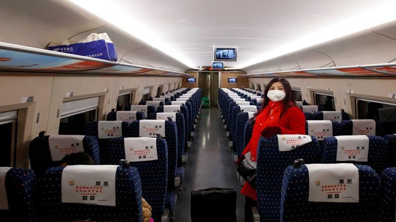 Seorang wanita mengenakan masker saat  melakukan perjalanan dengan kereta api berkecepatan tinggi di dekat Jiujiang, Provinsi Jiangxi, China, saat negara tersebut dilanda wabah virus corona baru, 29 Januari 2020.  - Reuters