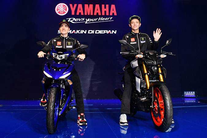Dua pebalap Monster Energy Yamaha MotoGP Team Valentino Rossi (kanan) dengan motor Yamaha MT-15 dan Maverick Vinales dengan New MX-King melakukan sesi foto saat peluncuran kedua motor tersebut di Jakarta, Senin (4/2/2019). - ANTARA/Sigid Kurniawan