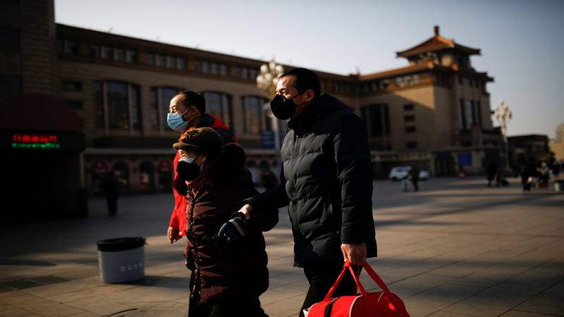 Warga memakai masker di luar Stasiun Kereta Api Beijing ketika negara itu dilanda wabah virus corona baru, di Beijing, China 30 Januari 2020. - Reuters