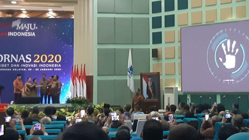 Presiden Joko Widodo dan jajarannya bersama Presiden ke-5 Megawati Soekarnoputri saat membuka Rakornas Integrasi Riset dan Inovasi Indonesia di Pusat Penelitian Ilmu Pengetahuan dan Teknologi, Tangerang Selatan, Kamis (30/1/2020). - Bisnis/Muhammad Khadafi