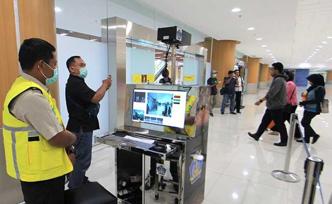 Ilustrasi. Petugas Kantor Kesehatan Pelabuhan (KKP) memeriksa penumpang yang baru tiba dengan alat deteksi suhu tubuh (thermoscan) di terminal kedatangan Bandara Internasional Kertajati, Majalengka, Jawa Barat, Rabu (29/1/2020). Pemeriksaan tersebut untuk mengantisipasi penyebaran virus Corona yang telah mewabah di beberapa negara. ANTARA FOTO - Dedhez Anggara