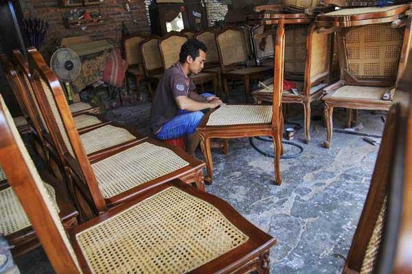Pekerja menyelesaikan pembuatan kursi rotan untuk acara pernikahan putri Presiden Joko Widodo, Kahiyang Ayu dengan Bobby Nasution, di sentra industri rotan Tangsan, Sukoharjo, Jawa Tengah, Kamis (2/11). - ANTARA/Maulana Surya