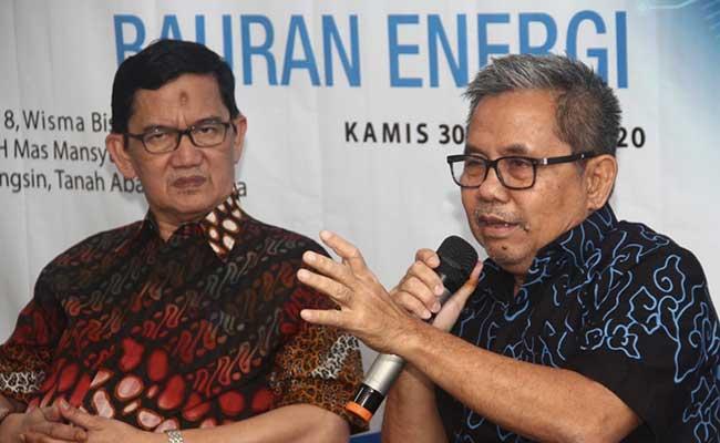 Anggota Komisi VII DPR RI Kardaya Warnika (kanan) dan  Pengamat Ekonomi Energy UGM Fahmy Radhi memberikan pemaparan saat menghadiri diskusi mengenai perubahan skema subsidi LPG 3 kg dan peluang memaksimalkan baruan energi di Jakarta, Kamis (30/1). Bisnis - Triawanda Tirta Aditya