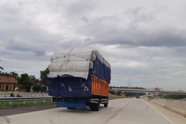 Truk-truk sarat muatan (ODOL) bebas lalu lalang di jalan tol Bakauheni-Terbanggi Besar sepanjang 140,9 kilometer tanpa ada perhatian dari petugas. - Bisnis/Tim Jelajah Infrastruktur 2019