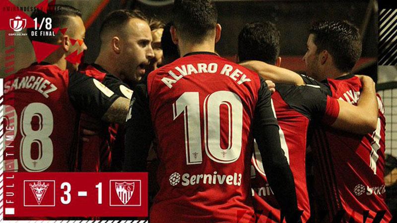 Pencetak gol ketiga Mirandes Alvaro Rey (10) merayakan kemenangan timnya atas Sevilla. - Twitter@CDMirandes