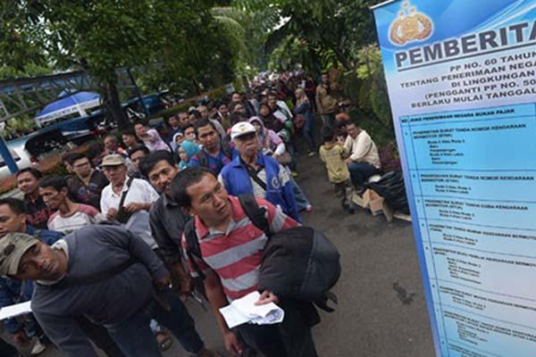 Warga antre untuk memperpanjang Surat Tanda Nomor Kendaraan (STNK) dan Buku Pemilik Kendaraan Bermotor (BPKB) di Samsat, Polda Metro Jaya, Jakarta - Antara/Sigid Kurniawan