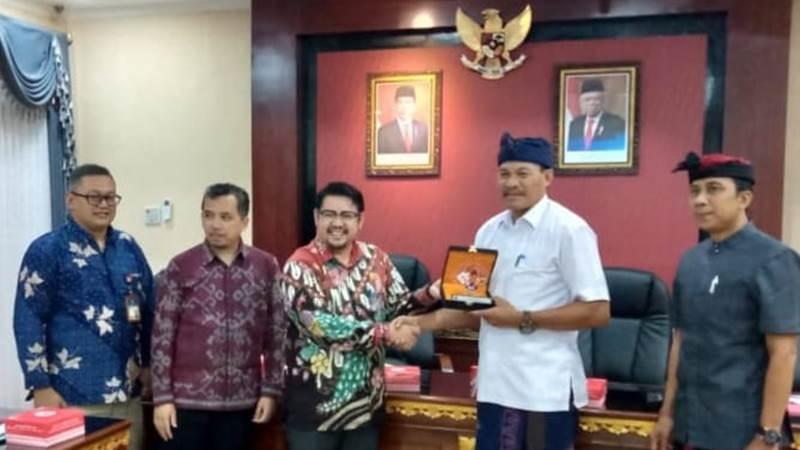 Komisioner KPPUHarry Agustanto (ketiga dari kiri)menyalamiKadisperindag Bali I Wayan Jarta usai workshop di Denpasar - Bisnis/Feri Kristianto