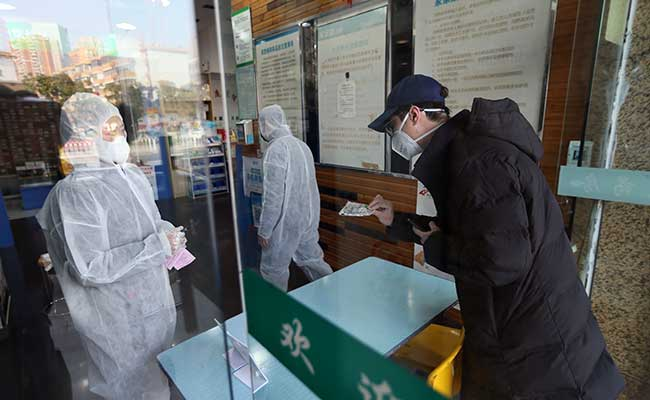 Seorang pria membeli masker di sebuah apotek setelah tersebarnya virus corono di Wuhan, Provinsi Hubei, China. Foto diambil (29/1 - 2020). China Daily via Reuters
