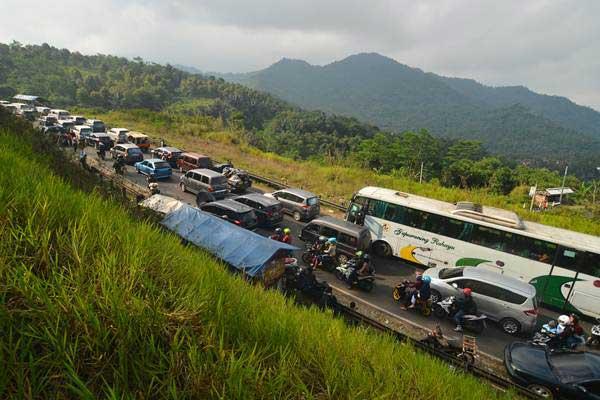 Antrean panjang kendaraan memadati jalur selatan lingkar Gentong, Kabupaten Tasikmalaya, Jawa Barat, Kamis (29/6). - ANTARA/Adeng Bustomi