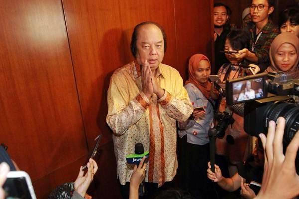 Pendiri Grup Mayapada Dato Sri Tahir saat menjawab pertanyaan wartawan usai bertemu Gubernur Bank Indonesia Perry Warjiyo untuk melaporkan penukaran uang dolar AS dan dolar Singapura senilai Rp2 triliun, di Jakarta, Senin (15/10/2018). - JIBI/Dwi Prasetya