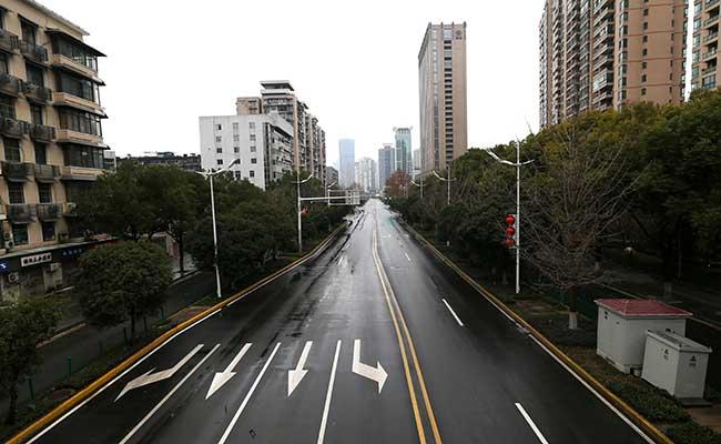 Suasana jalan setelah pemerintah Wuhan mengumumkan penutupan kota setelah virus corona menuyebar di Wuhan, Provinsi Hubei, China. Foto diambil (26/1 - 2020). China Daily via Reuters